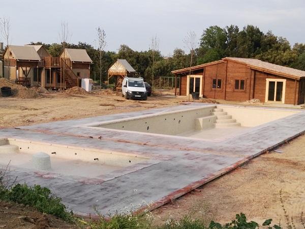 Vista piscina, niu, niuet i xalet aparellat